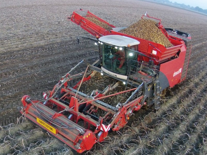 Self-propelled, 4-row sieving harvester for 4 x 90 cm